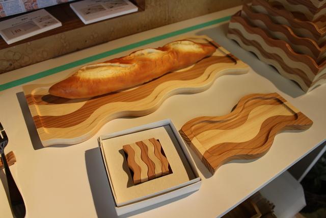 食事プレートと箸置きです。ウェーブ状の板をうまく活かしています